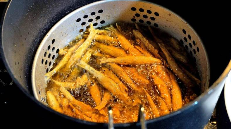 Image of Deep frying the minnow fish
